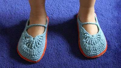 chaussons bleu et orange